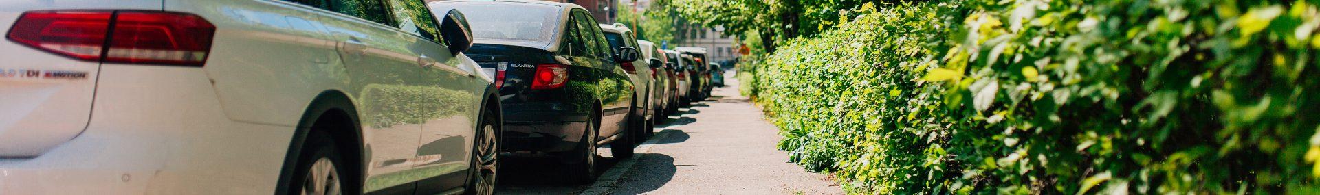 Rad med parkerade bilar i centrala Falun