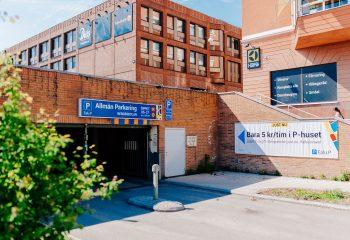 Entré till parkeringsgaraget Bergsskolan i centrala Falun