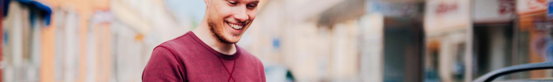 Ung man använder mobiltelefonen för att parkera i Falun